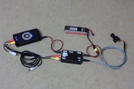 Le régulateur à découpage entouré de l'enregisteur, de la caméra et de la batterie LiPo